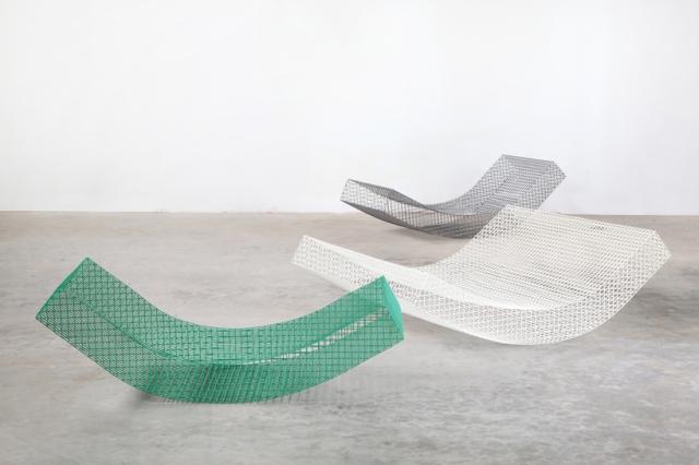muller-van-severen-wires-chair-biennale-interieur-kortrijk-designboom-003.jpg